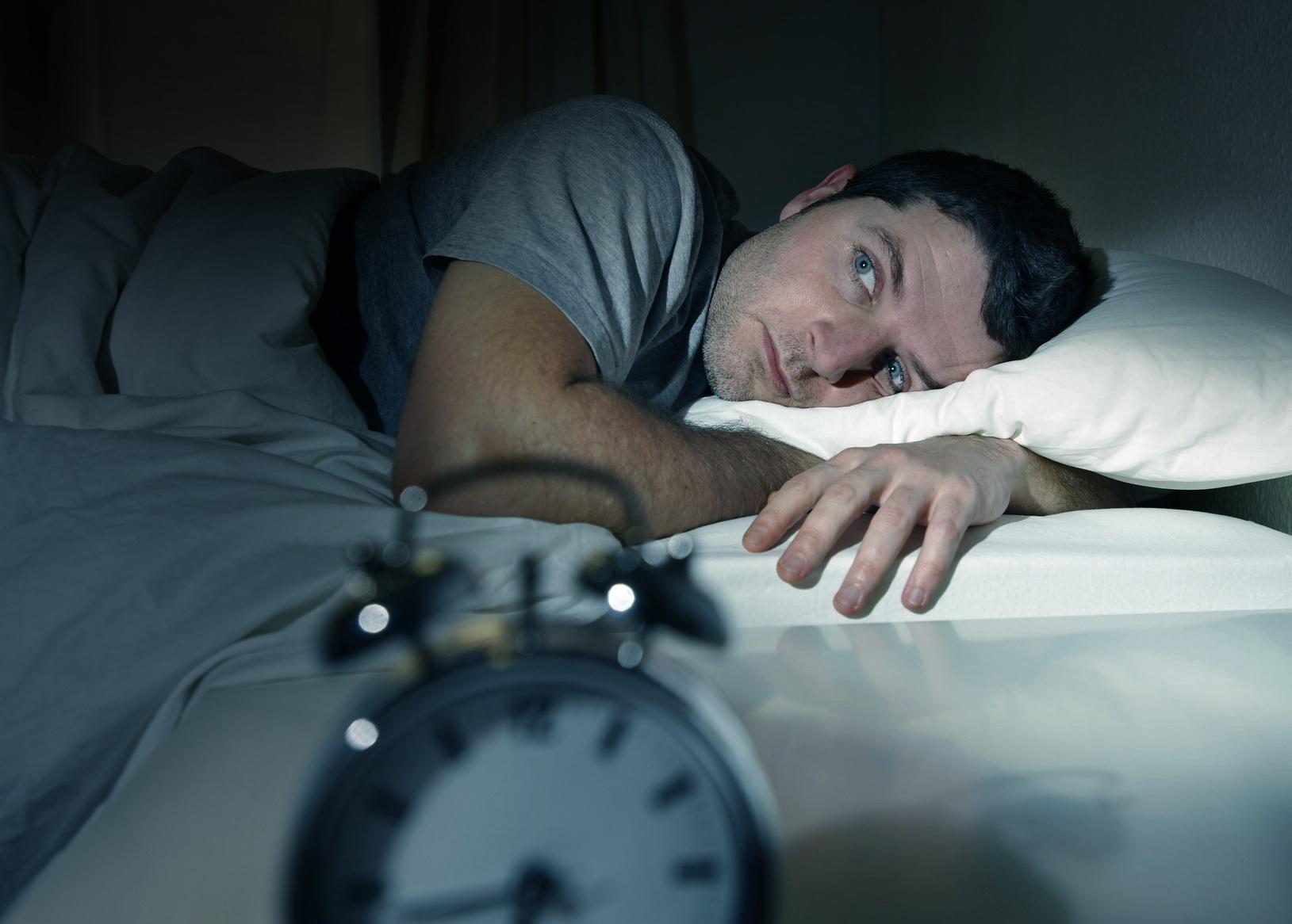 человек и будильниу
