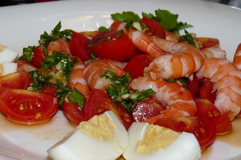 салат креветки с помидорами