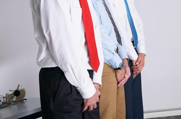 мужчины прикрывают пах