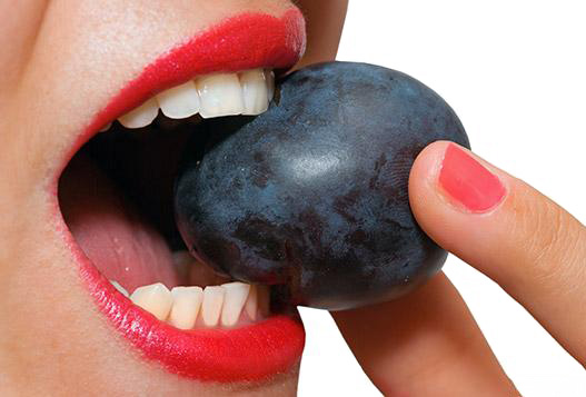 ест фрукт