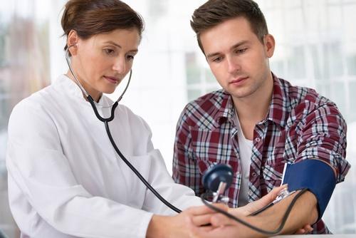 молодой человек у врача